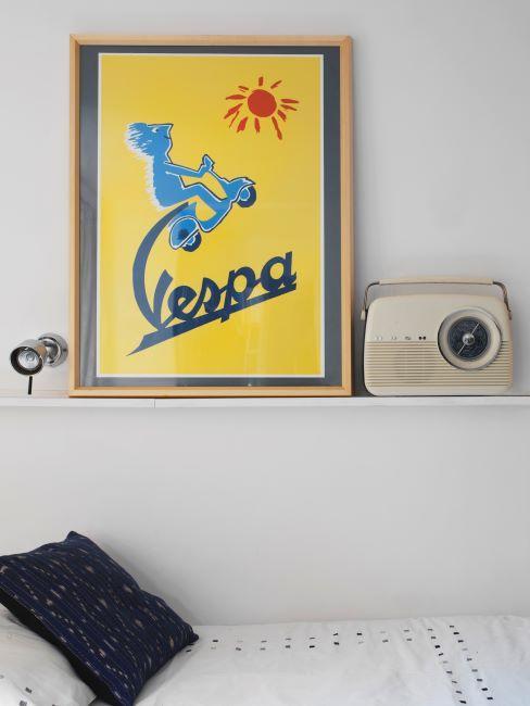 Affiche/poster jaune sur étagère avec radio rétro crème