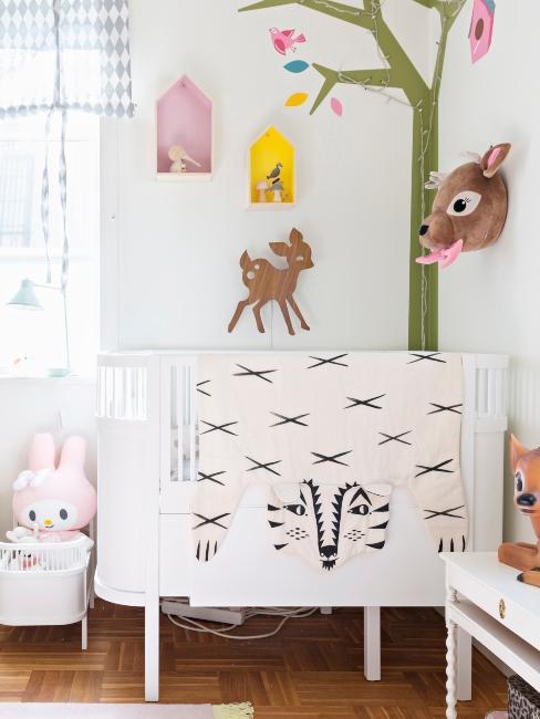 Chambre de bebe avec lit blanc et decorations cerfs et foret