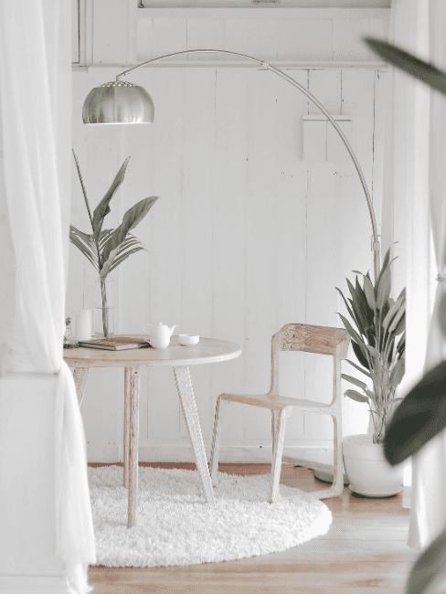 Casa minimalista con sedie in legno e colori chiari