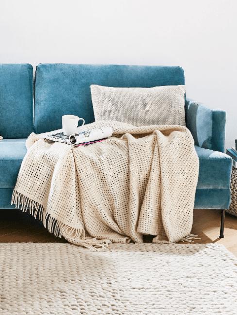 divano turchese e coperta panna