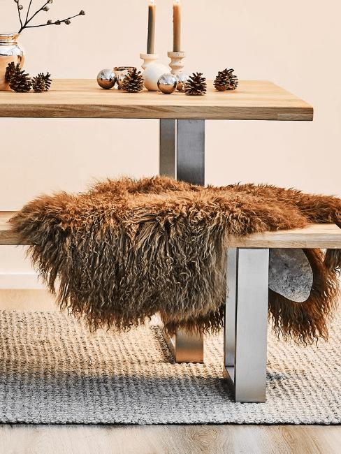 tavolo, panca e coperta in pelliccia sintetica
