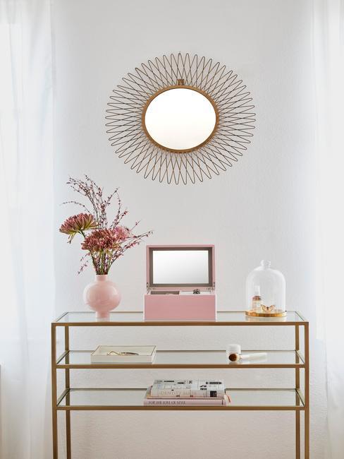 consolle con decorazioni floreali, vasi rosa e specchio rotondo