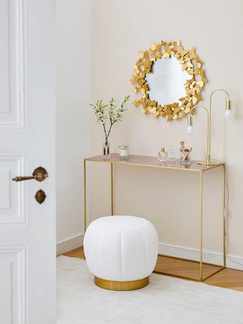 Specchio, pouf e consolle sui toni del bianco e oro