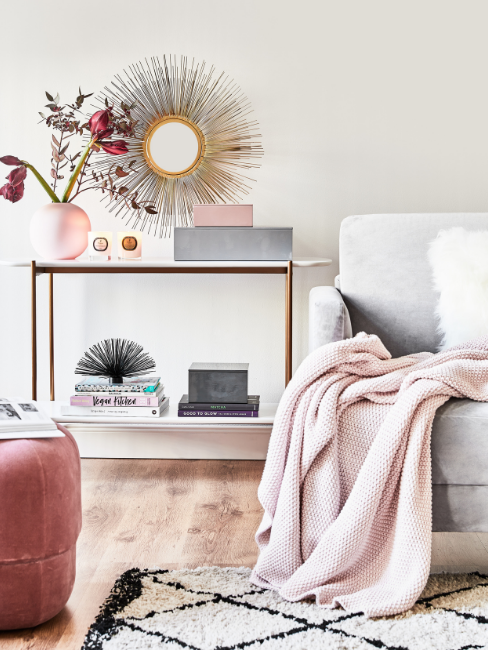 coperta su divano, consolle con decorazioni