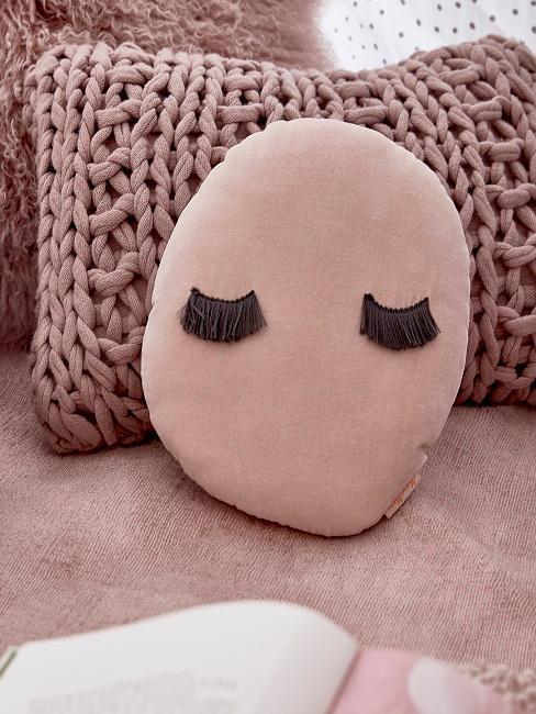 Cuscino colore rosa con ciglia