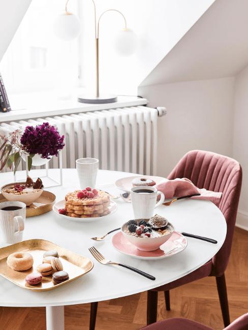Tavolo rotondo bianco e sedie rosa