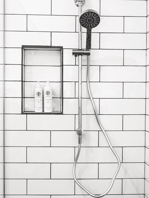 Dettaglio doccia con piastrelle bianche