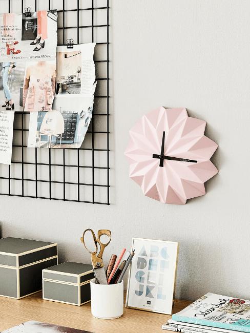 Dettaglio scrivania con orologio da parete rosa