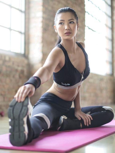 ragazza che si allena su tappetino rosa