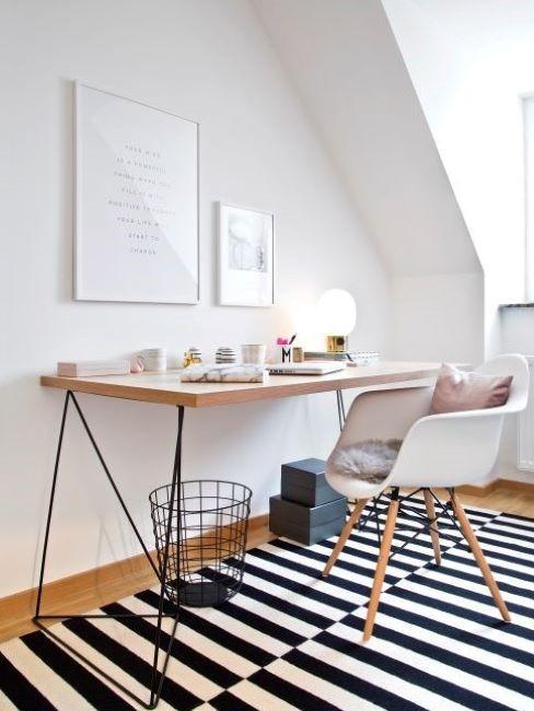 postazione di lavoro in casa con tappeto a righe bianche e nere