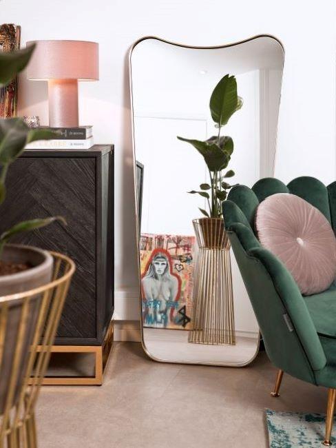 poltrona in velluto verde e specchio moderno