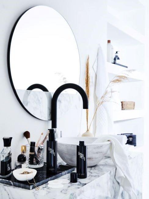 specchio e lavabo in marmo
