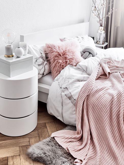 letto con lenzuola effetto marmo e coperta rosa