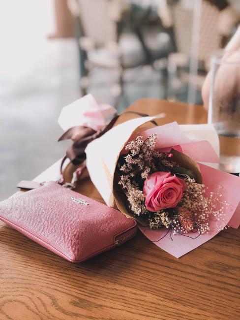 Bloemen verpakt in roze zijdepapier