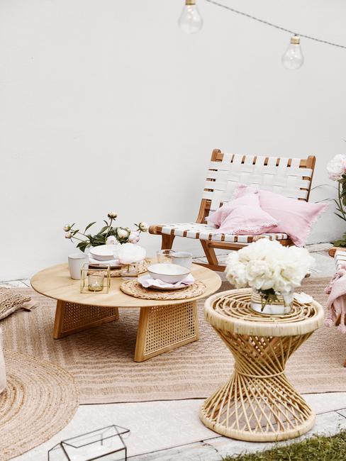 Bamboehouten meubilair met verschillende accesoires en zachte kussens