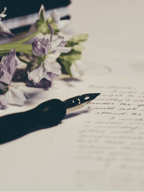 Pen en bloemen op een brief voor het schrijven van de speech bruiloft