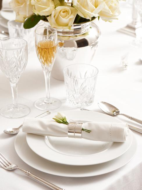Gedekte tafel met serviesset in wit en glazen