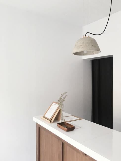 Houtsoorten: witte sidetable met fotolijstje en modern hanglamp