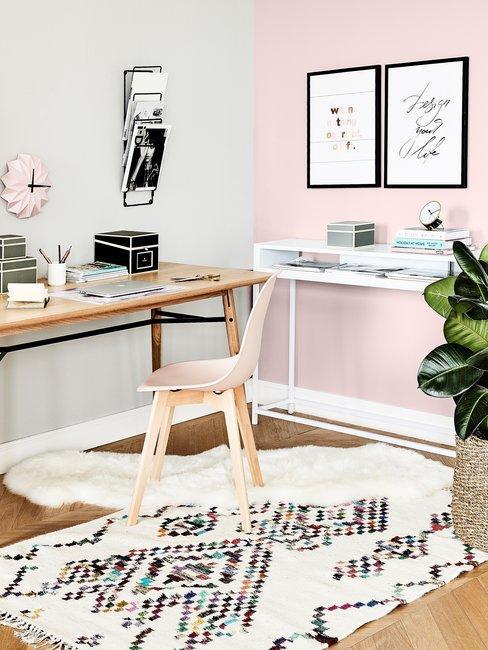 Kantoor roze en grijze wand met houten tafel en stoel