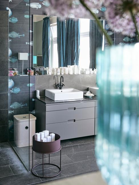 Feng shui badkamer met grijze meubelen en witte wastafel