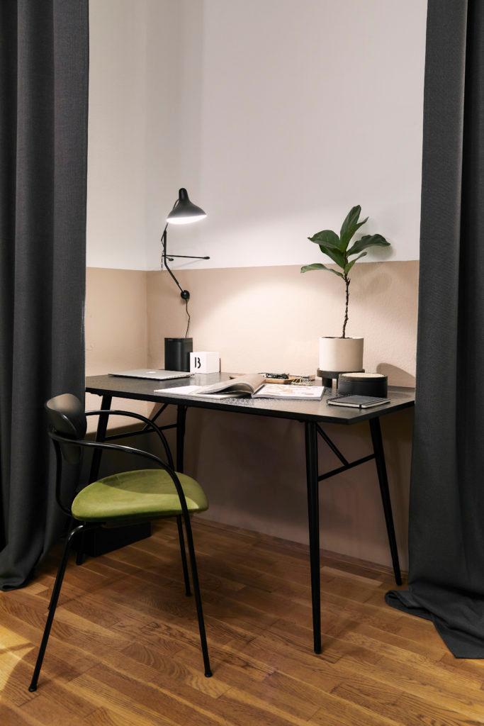 Een simpele tafel als bureau met een lamp en een potplant