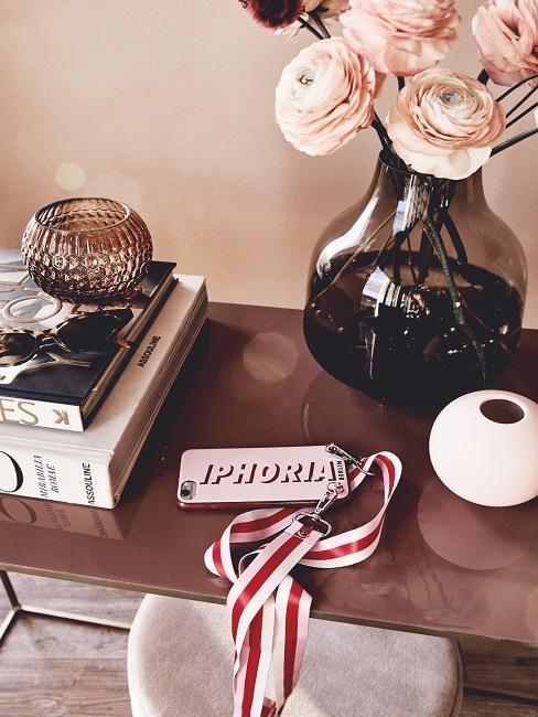 Sitetable met rozen in vaas naast tafelboeken