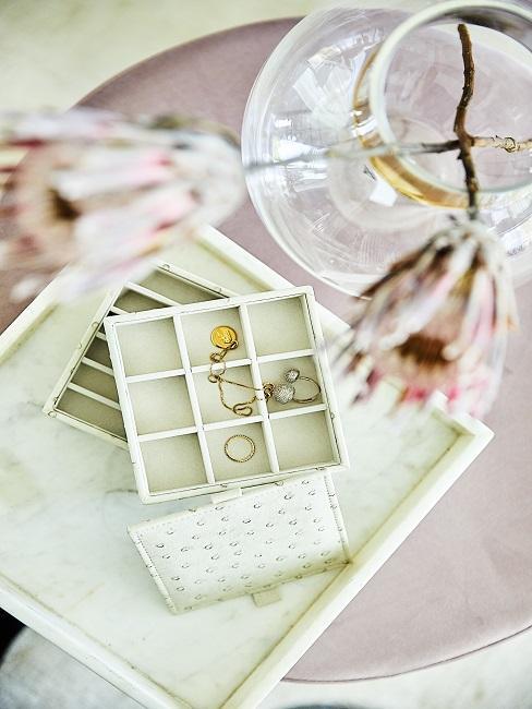 cadeau schoonmoeder sieradenkistje van boven gefotografeerd