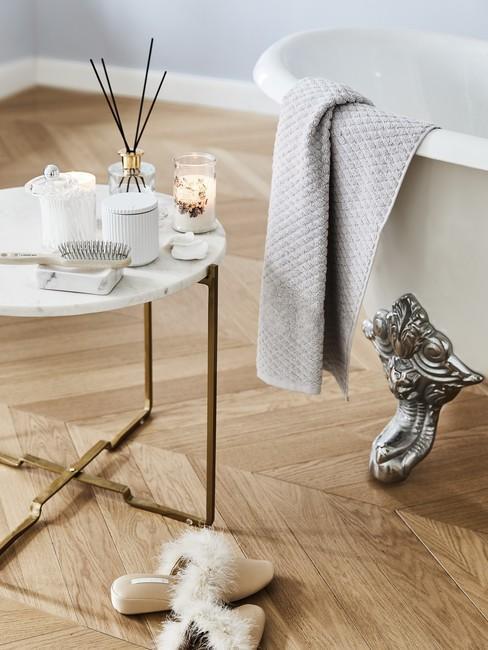 Moederdag ideeën een warm klassiek bad op houten vloer met bijzettafel