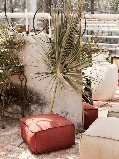 Klein balkon inrichten in boho style met leren poef