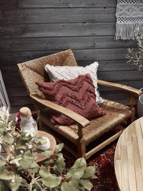 Cognac leren loungestoel buiten met houten bijzettafel