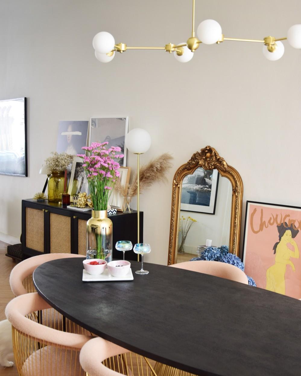Ovale eetkamertafel van donker hout met oud roze met goud gecombineerde stoelen