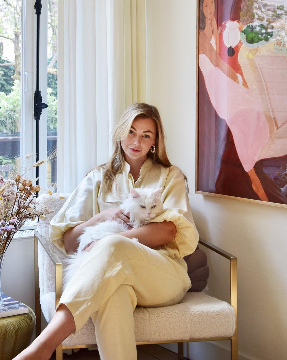 Vivian Hoorn met kat op teddystoel met gouden details
