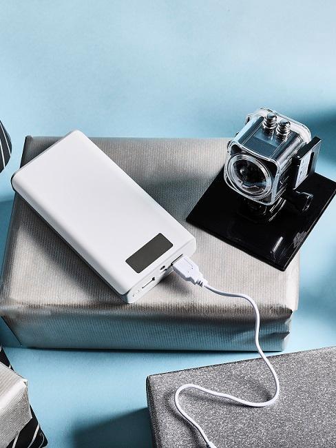 cadeau broer Go Pro en Iphone op cadeauverpakking met blauwe ondergrond