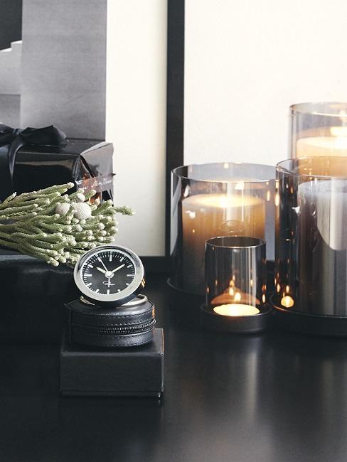 Fijne vaderdag met een nieuw horloge op zwarte tafel met kaarsen en bloemen