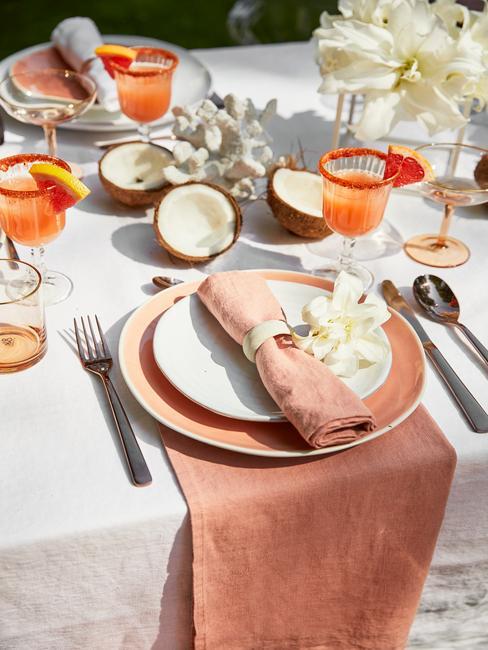 Gedekte tafel met serviesset in oud roze en oranje voor het vieren van het Diamanten huwelijk
