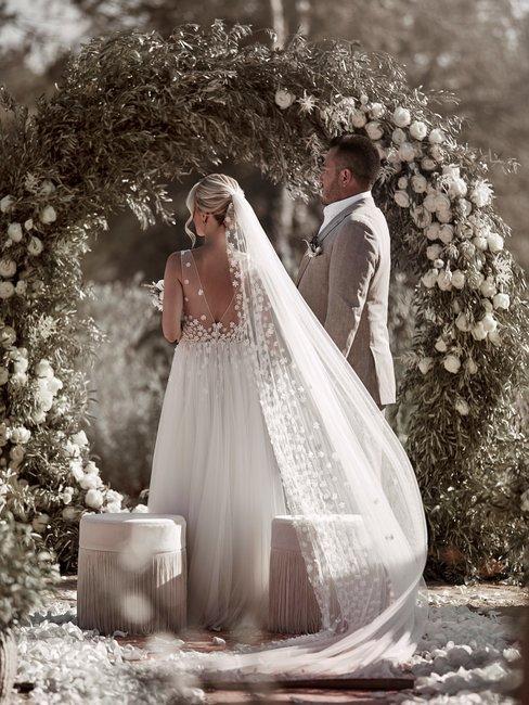 Trouwlocatie buiten in de zon trouwprieel met bruidspaar