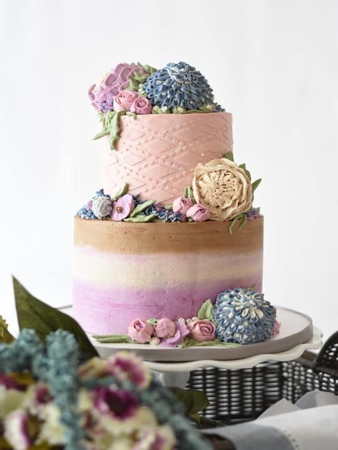 Bruidstaart pastelkleuren met hortensia's