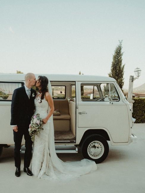 Volkswagenbusje met getrouwd stel
