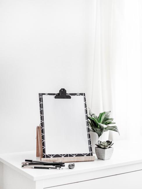Decoratie op een witte dressoir
