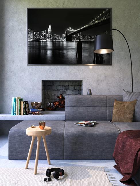 Een grijze bank in de woonkamer naast een kleine houten tafel