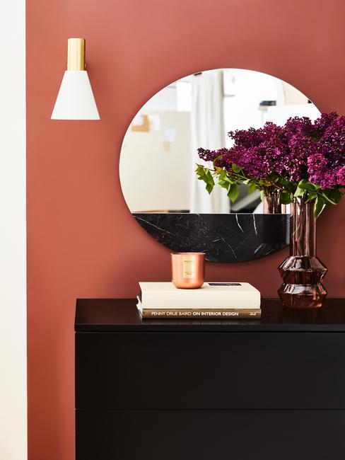 Modern interieur hal zwarte kast met ronde spiegel