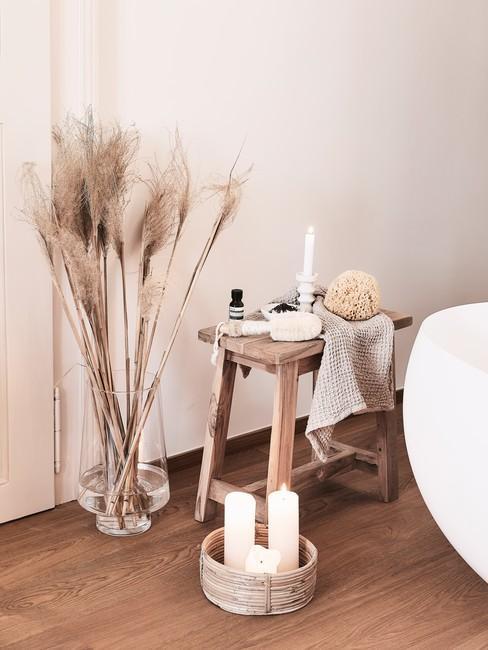Feng shui badkamer met houten kruk en wit bad