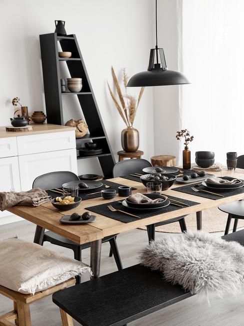 Feng Shui Keuken houten tafel met zwart servies