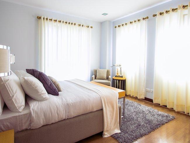 slaapkamer in paarstinten met witte glasgordijnen: gordijnen wassen