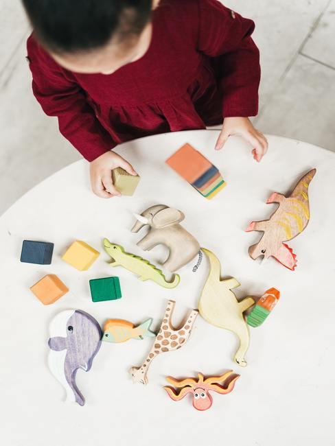 Houten speelgoed op witte tafel