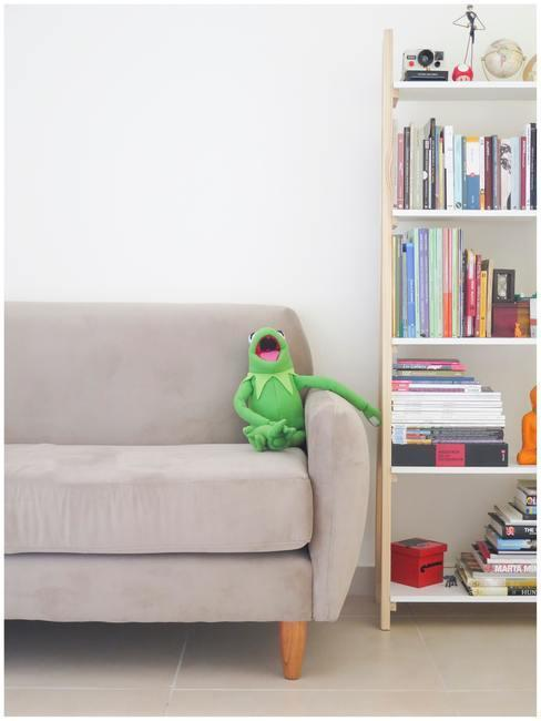 Grijze zitbank met groene muppet en boekenrek