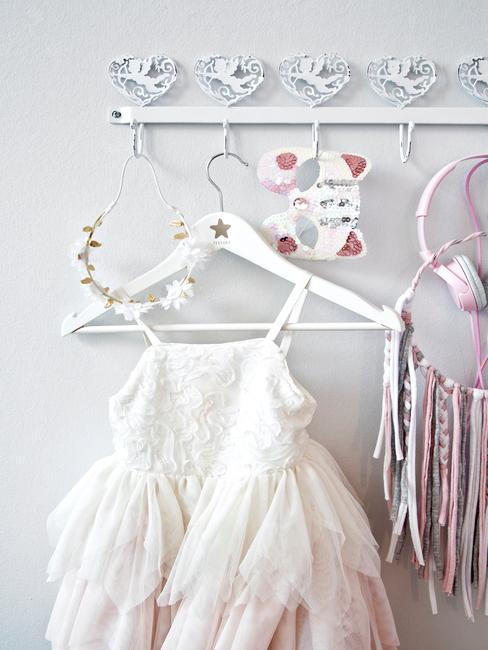 Babykamer inspiratie prinsessenjurk aan witte kapstok met accessoires