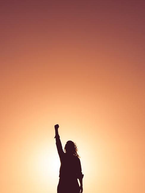 Kobieta stojącą w ręką w górze
