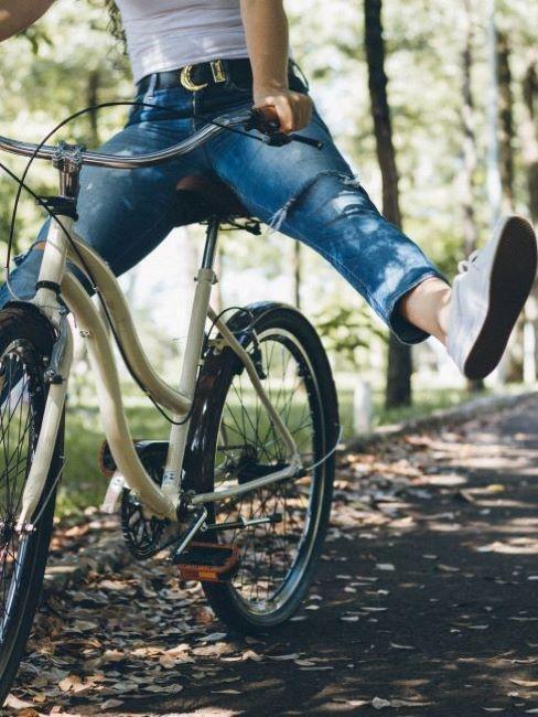 Osoba jadąca na rowerze