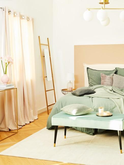 Jasna sypialnia z pościelą w kolorze pistacjowym